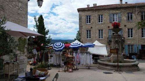 Barjac, pleintje met fontein